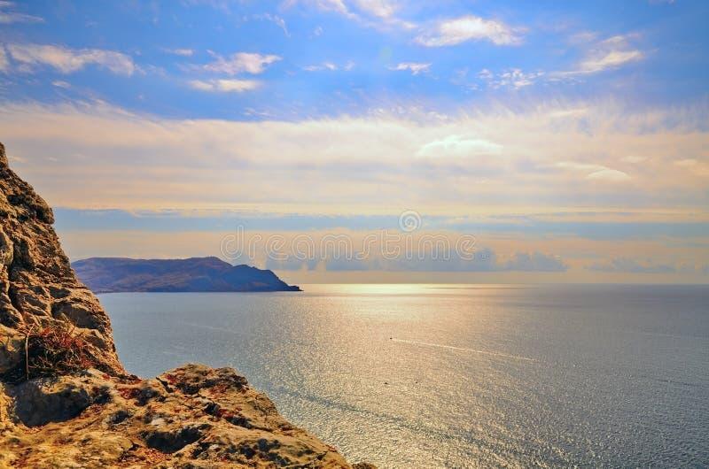 Солнечный путь на море с красивым небом стоковая фотография rf