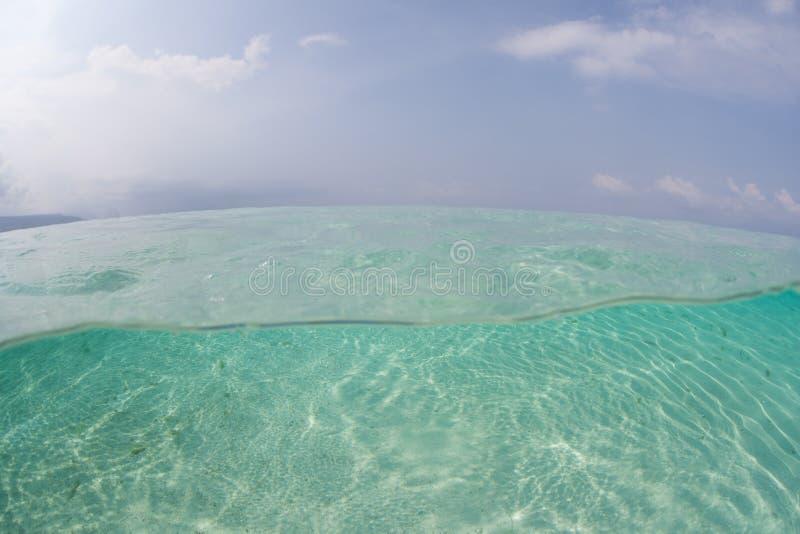 Солнечный свет струясь над песком под водой стоковая фотография rf