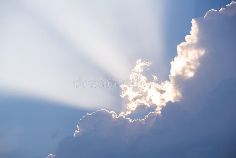 Солнечный луч между облаками стоковое фото rf