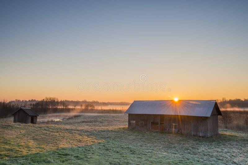 Солнечный луч над амбаром стоковое изображение rf
