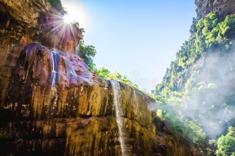 Солнечный луч над водопадами Chegem скалы стоковые фото