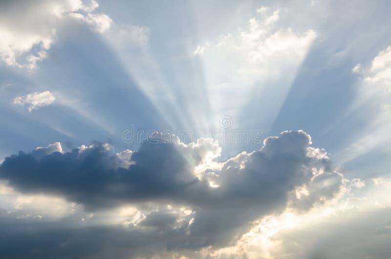 Солнечный луч над голубым небом стоковое изображение