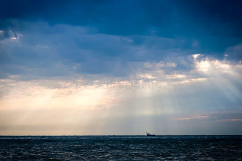 Солнечный луч над морем стоковое изображение rf
