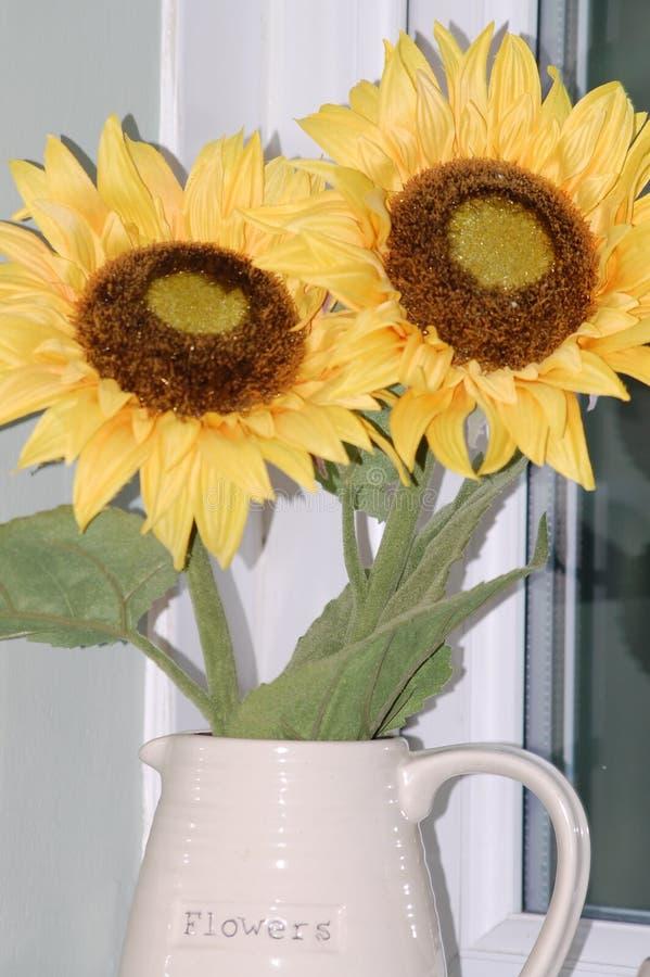 Солнцецветы в кувшине цветка стоковые изображения