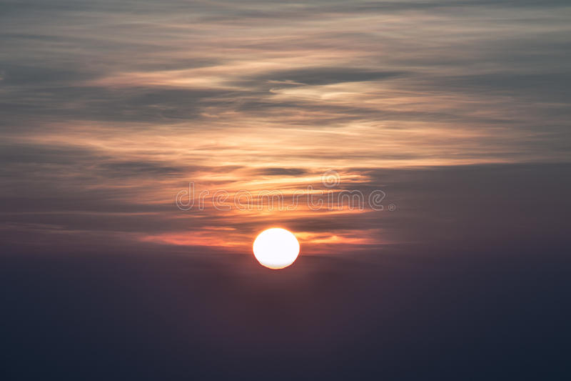 Солнце в туманных утрах стоковое фото rf