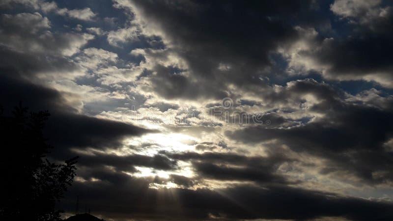 Солнце облачного неба позади дунуло темнота стоковые фотографии rf
