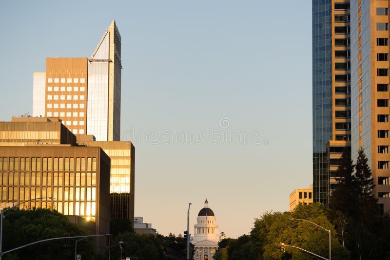 Солнце освещает вверх стекло на городском горизонте Сакраменто стоковое изображение