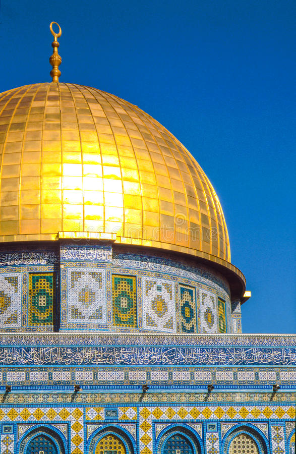 Солнце после полудня светит на Golden Dome al Aqsa Mosqu стоковая фотография rf