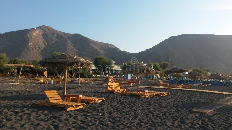 Солнце поднимает в пляж Perissa стоковое изображение