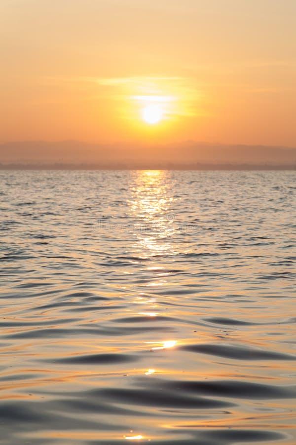 Солнце поднимая в утро стоковые фото