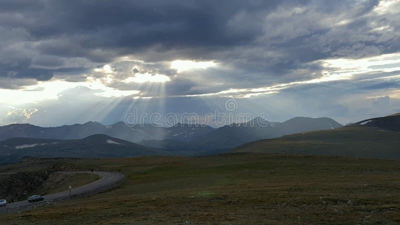 Солнце прорезывая облака и показывая ее лучи стоковые фотографии rf