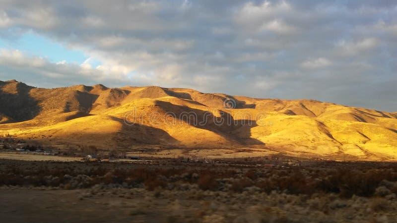Солнце расцеловало холмы стоковое изображение rf