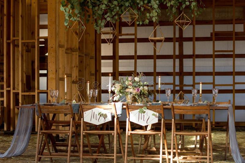 Солнце светит таблице свадьбы украшения перед банкетом стоковая фотография rf