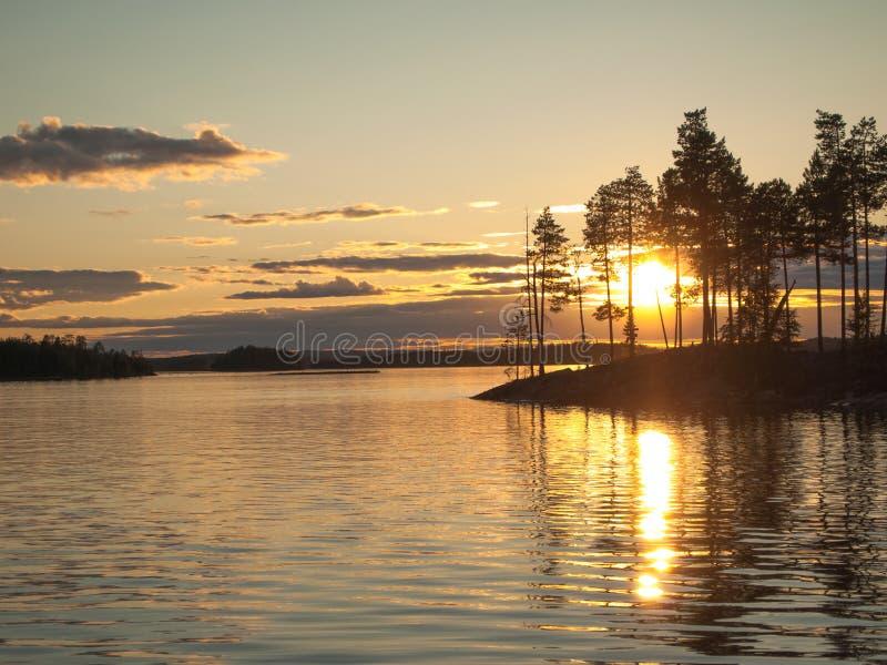 Солнце светит через остров с деревьями стоковое изображение rf