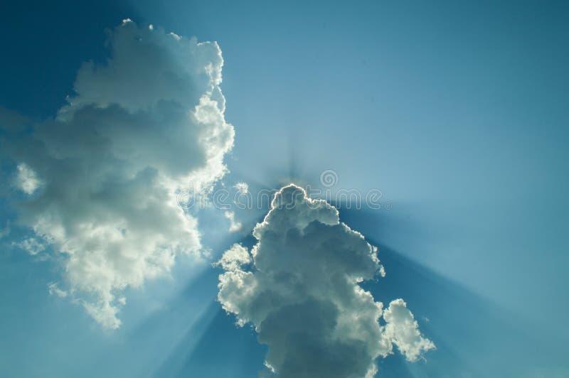 Солнце, солнечный луч, облако и голубое небо Предпосылка и текстура стоковое изображение rf
