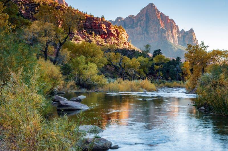 Download Солнце устанавливая над рекой девственницы Стоковое Фото - изображение насчитывающей каньон, sunlit: 81800348