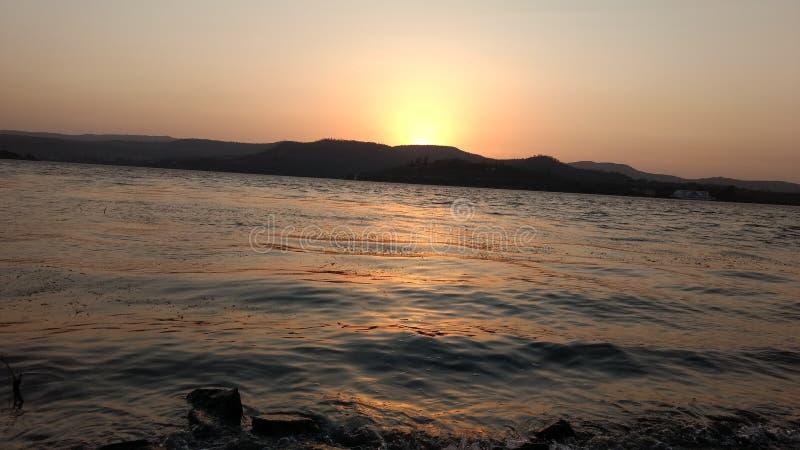 Солнце установило на запруду khadakwasala стоковое фото rf