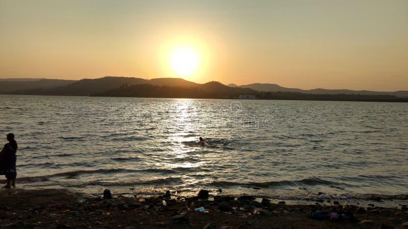 Солнце установило на запруду khadakwasala стоковые изображения