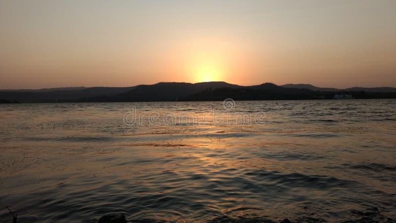 Солнце установило на запруду khadakwasala стоковое изображение
