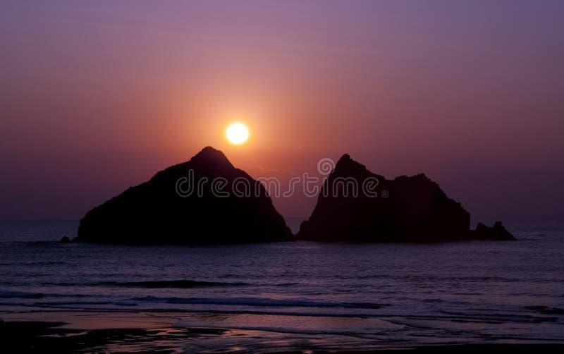 Солнце установило над заливом северным Корнуоллом Holywell стоковое изображение