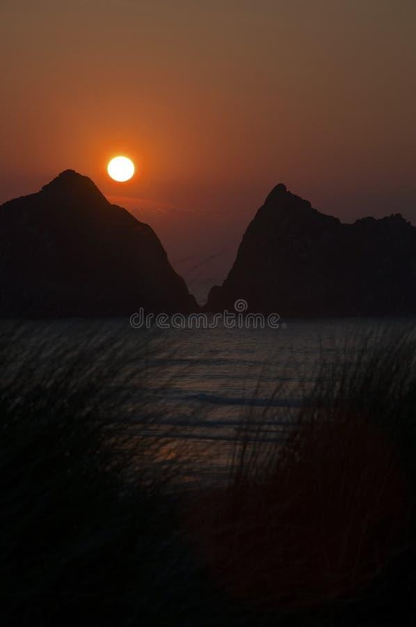 Солнце установило над песчанными дюнами стоковые изображения rf