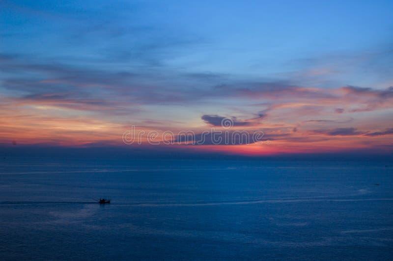Солнце установило на Пхукет в Twilight времени, Таиланд стоковое изображение rf