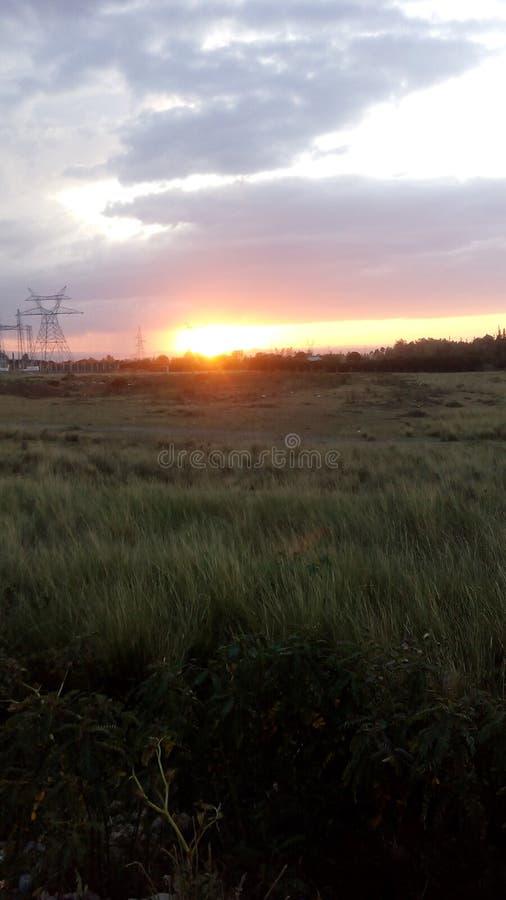Солнце установило на равнины Mt Кения вымощать путь для темноты вечера стоковые изображения