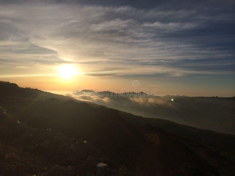 Солнце установило с туманом стоковые изображения