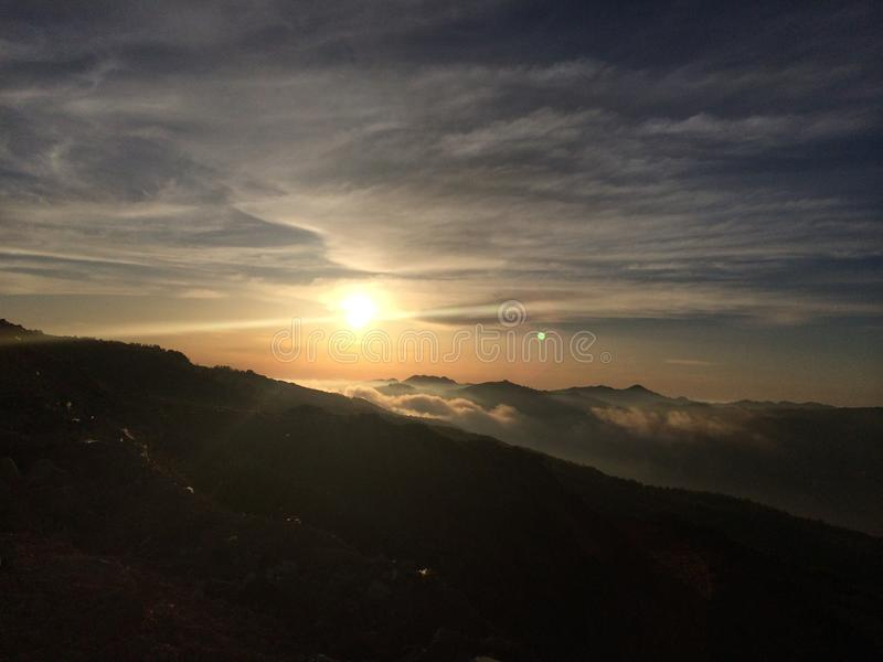 Солнце установило с туманом стоковое фото