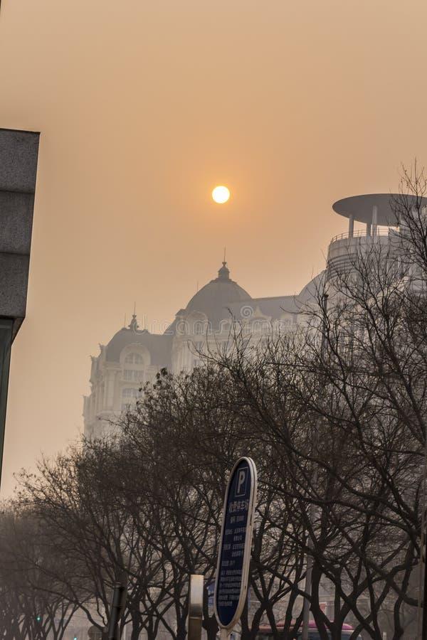 Солнце через смог стоковые изображения rf