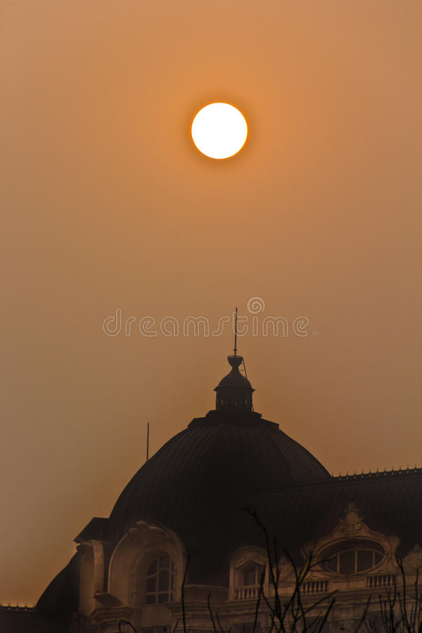 Солнце через смог стоковое изображение rf