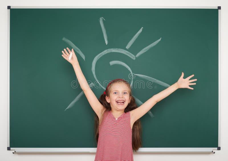 Солнце чертежа девушки на школьном правлении стоковые изображения