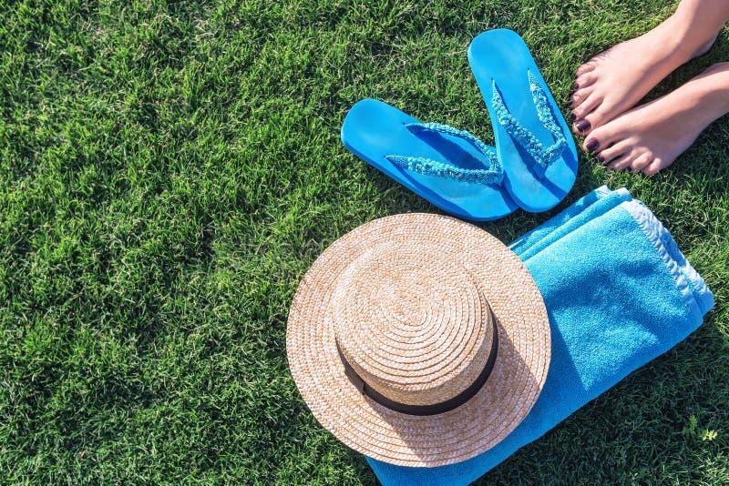 Соломенная шляпа, голубое полотенце и темповые сальто сальто стоковое изображение rf