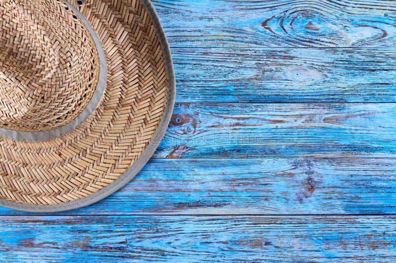 Соломенная шляпа ` s людей на старом покрашенном голубом столе стоковые изображения