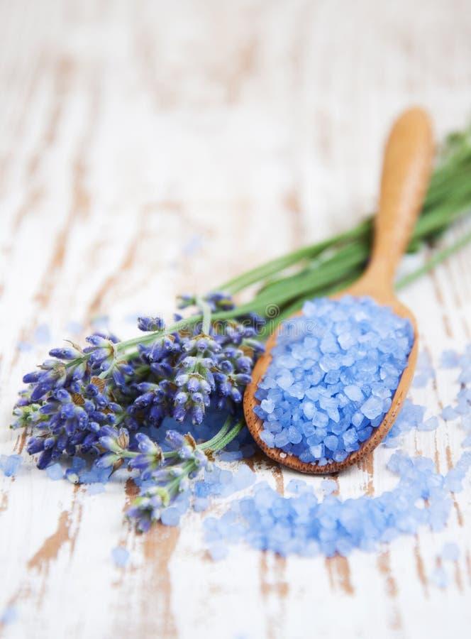 Соль лаванды, и свежий цветок стоковое фото rf