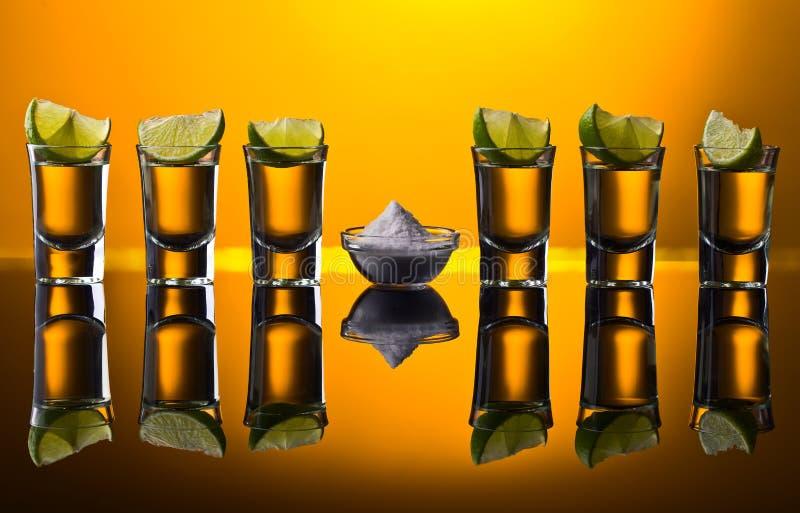 Соль и известка острословия текила золота на отражательной предпосылке стоковая фотография rf