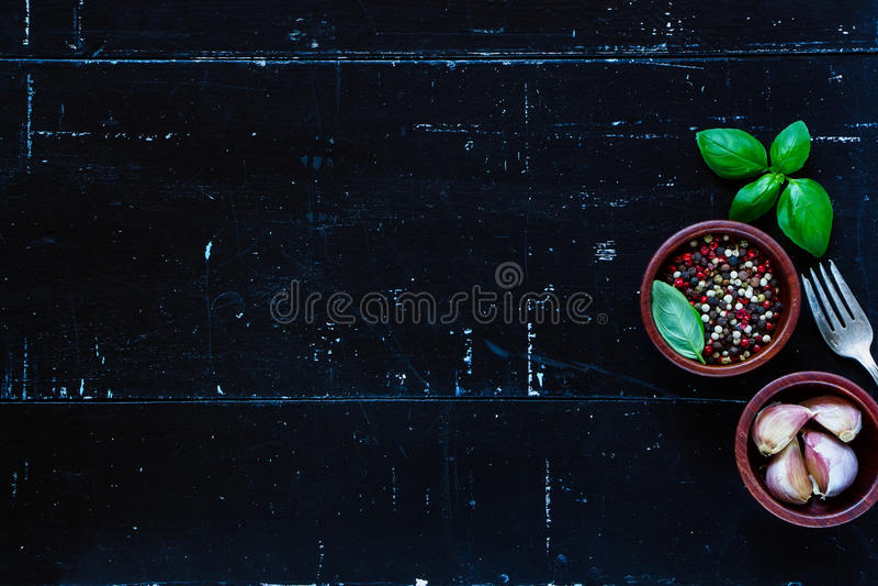 соль rosemary перца листьев трав чеснока cardamon залива spices ваниль стоковая фотография rf