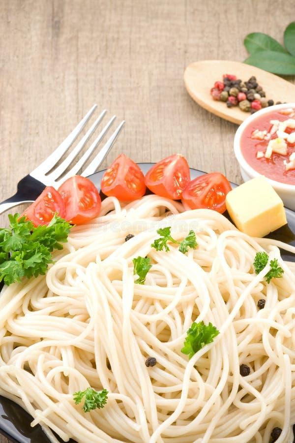 спагетти еды spices овощи деревянные стоковое изображение
