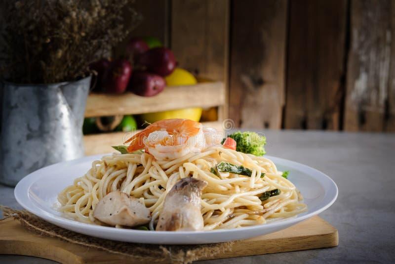 Спагетти зажаренные Stir с pranw и грибом стоковое изображение rf