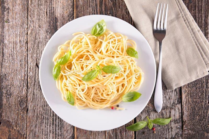 Спагетти и базилик стоковая фотография rf