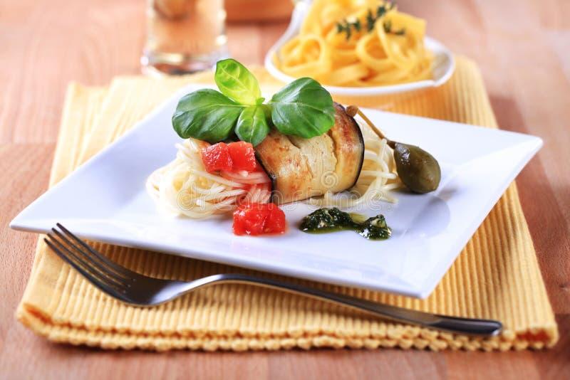 Спагетти и зажаренный aubergine стоковое фото