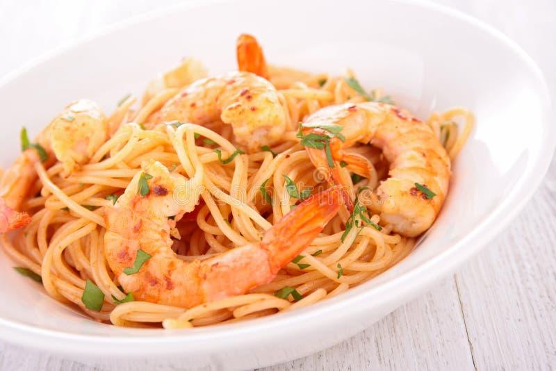 Спагетти и креветки стоковое изображение rf