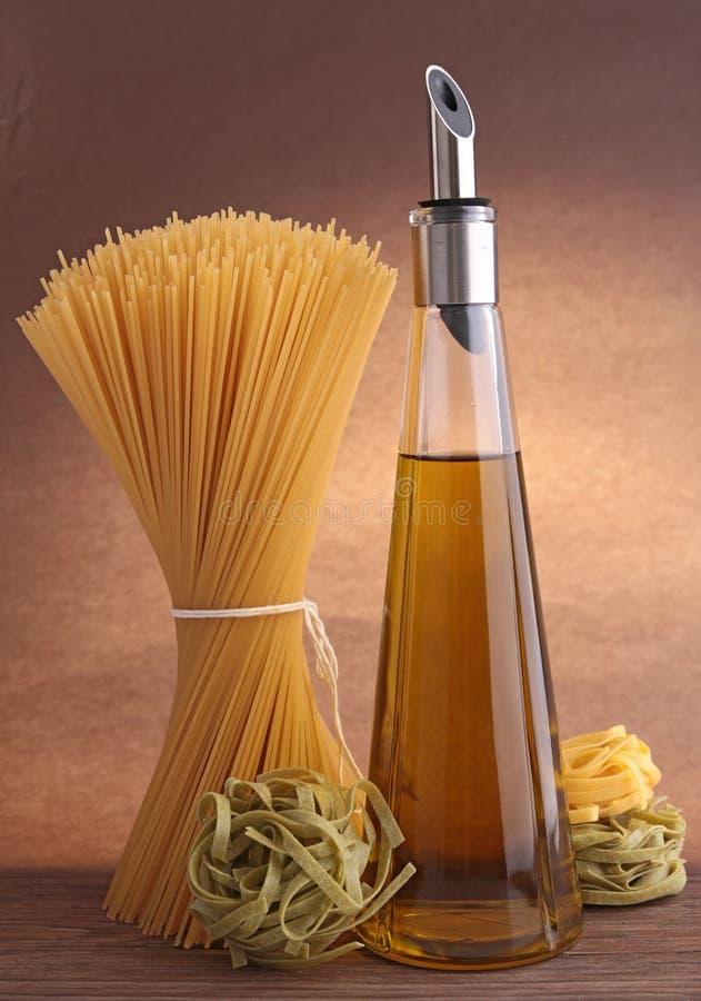 Спагетти и оливковое масло стоковое фото rf