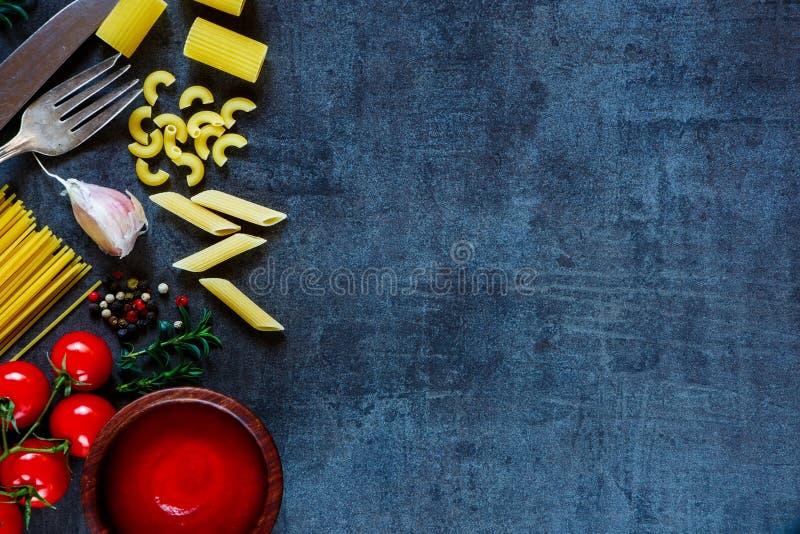Спагетти и томаты с травами стоковая фотография rf