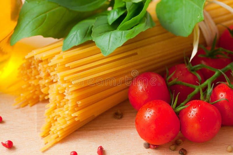 Спагетти и томаты стоковое фото rf