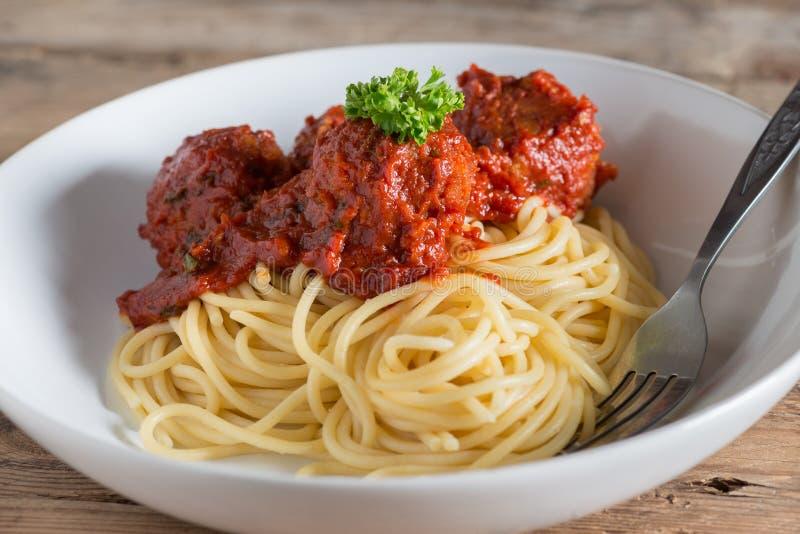 Спагетти и фрикадельки в белой плите стоковое изображение rf