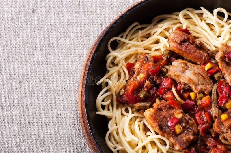 Спагетти макаронных изделий в томатном соусе и мясе нервюры стоковое фото