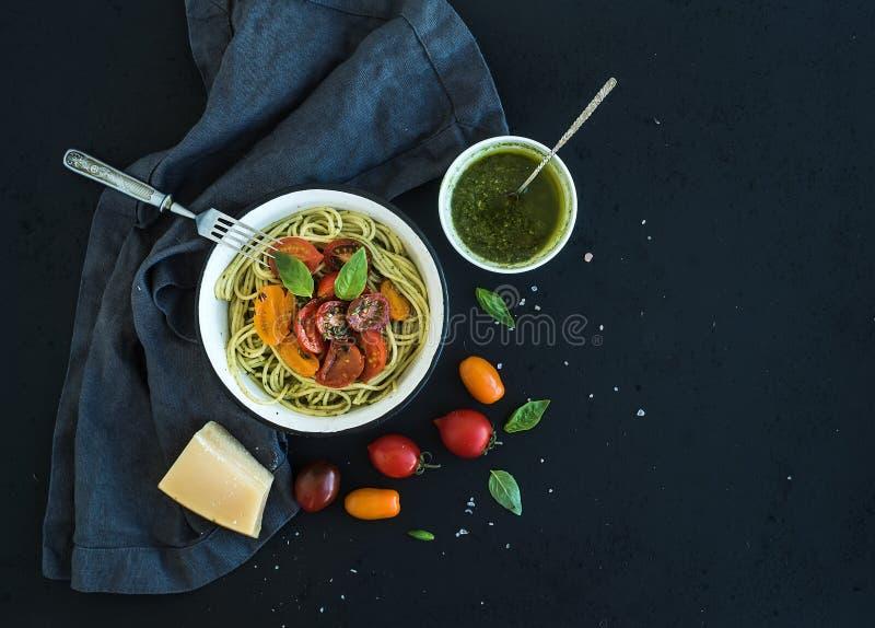 Спагетти макаронных изделий с соусом песто, базиликом, медленным стоковые фото
