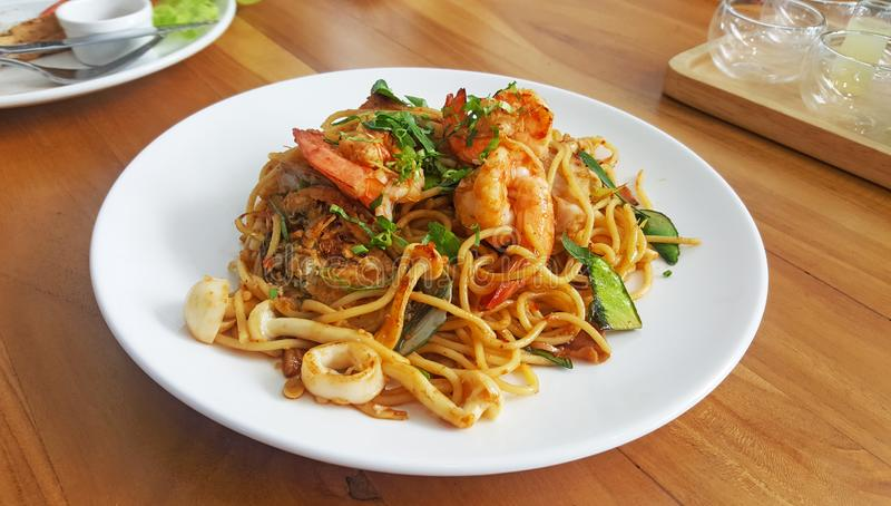 Спагетти морепродуктов пряные с соусом чеснока на белой плите стоковая фотография rf