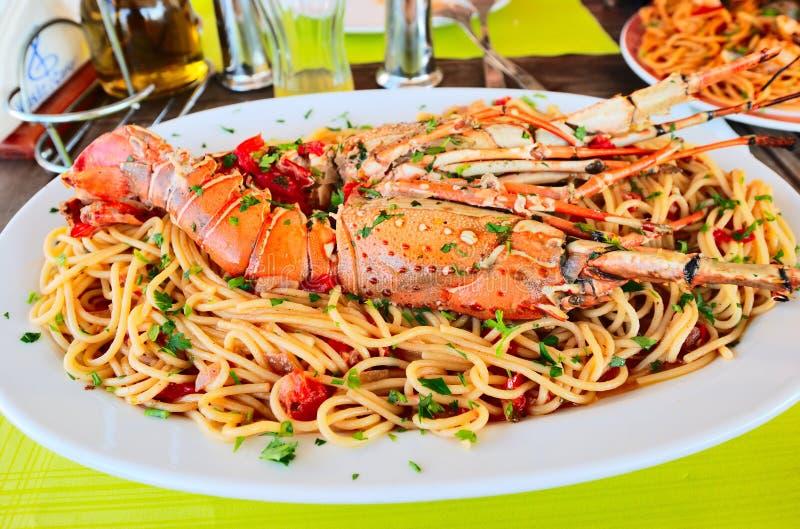 Download спагетти омара стоковое изображение. изображение насчитывающей каперсы - 18398877